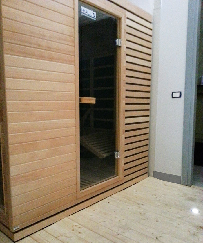 Sauna nella Palestra Gym Haus di Seregno, circondata da faretti e illuminazione tenue per garantire il massimo comfort