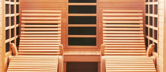 Le due sdraio in legno all'interno della sauna garantiscono il massimo relax